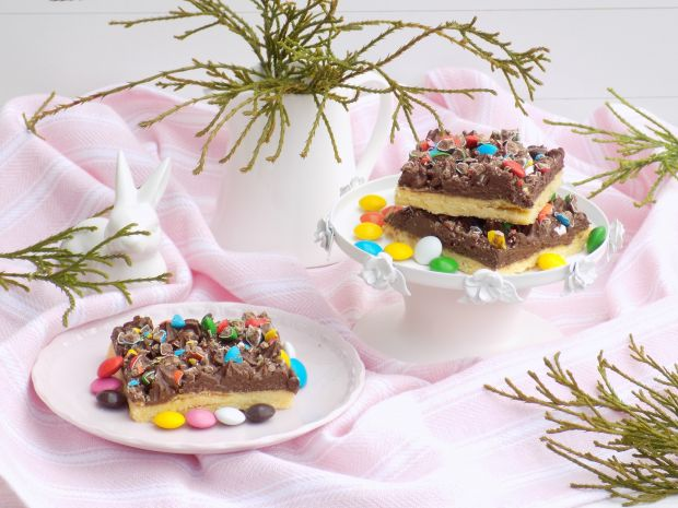 Kruche ciasto z kremem i cukierkami