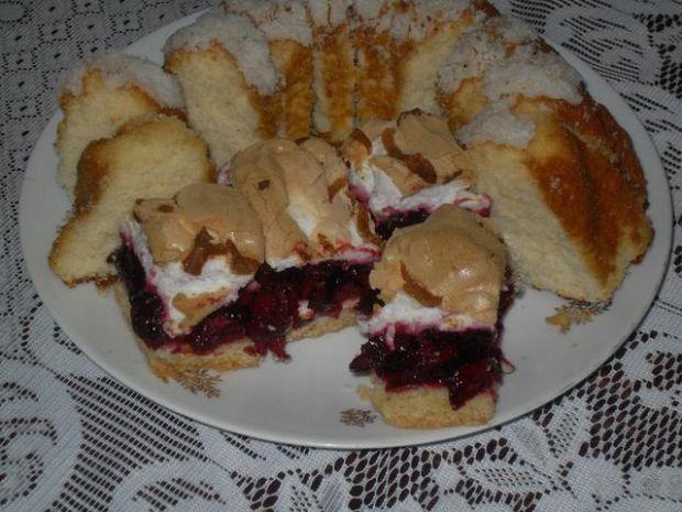 Kruche ciasto z wisienkami i bezą