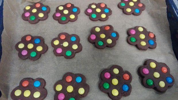 Kruche kolorowe ciasteczka czekoladowe