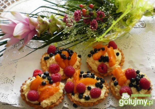 Kruche tartaletki z kremem i owocami :