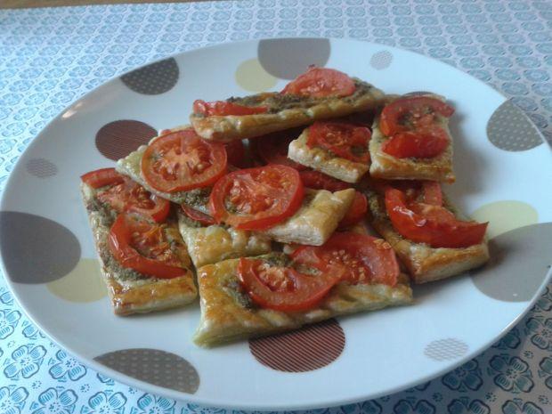 Kruche tarty z pomidorami i bazyliowym pesto