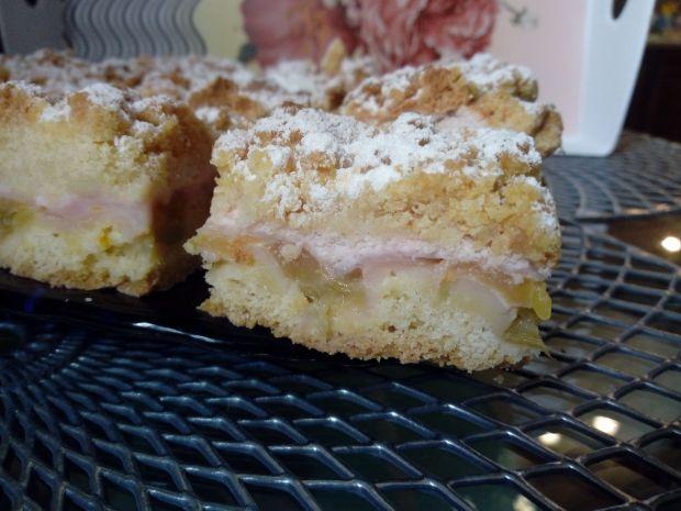 Kruche ciasto z rabarbarem, pianką i kruszonką