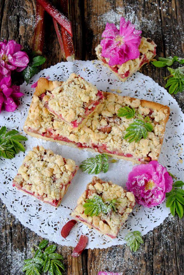 Kruchy z różą i rabarbarem