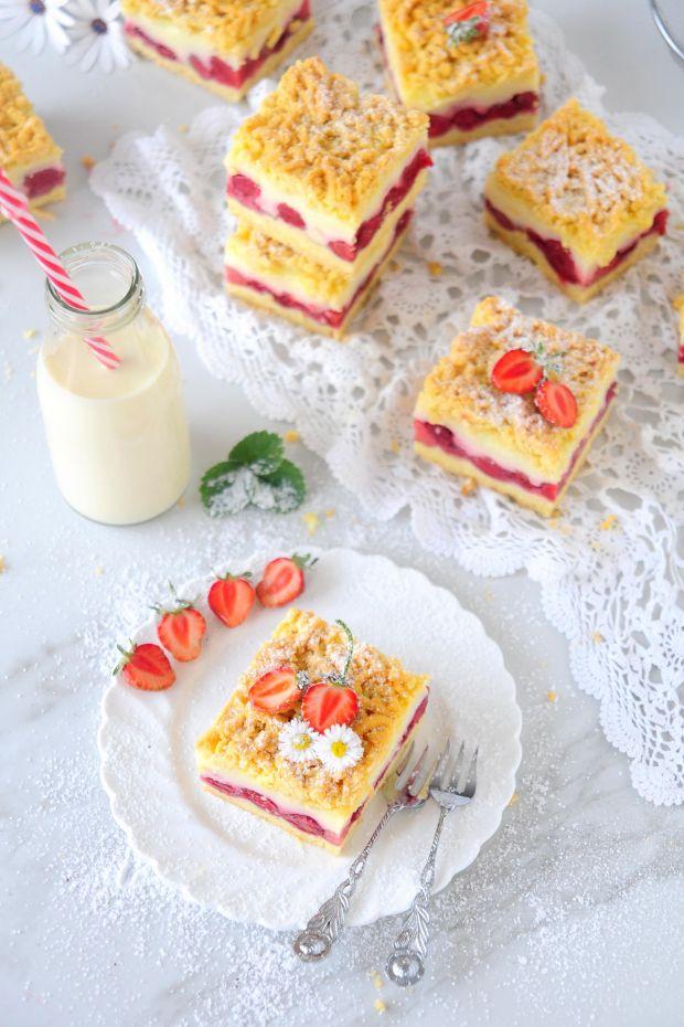 Kruche ciasto z truskawkami i budyniem