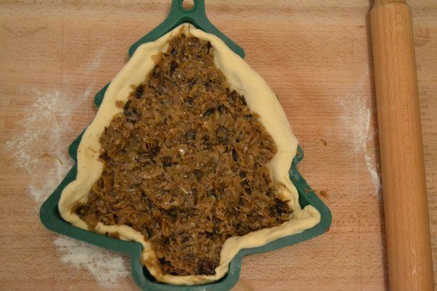 Kulebiak choinka, z kapusta i grzybami