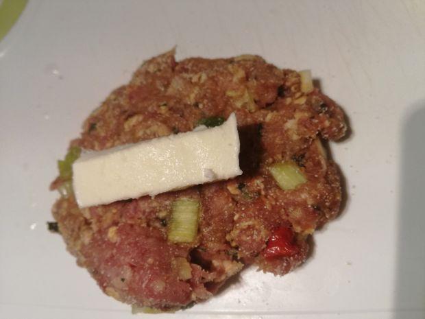 Kuleczki wołowe z mozzarellą w panierce z kaszy