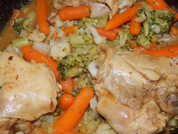 Kurczak duszony z brokułem i marchewką