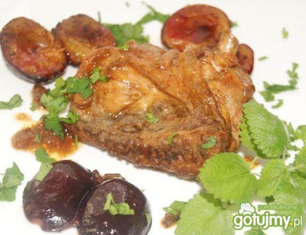 Kurczak i pieczone śliwki