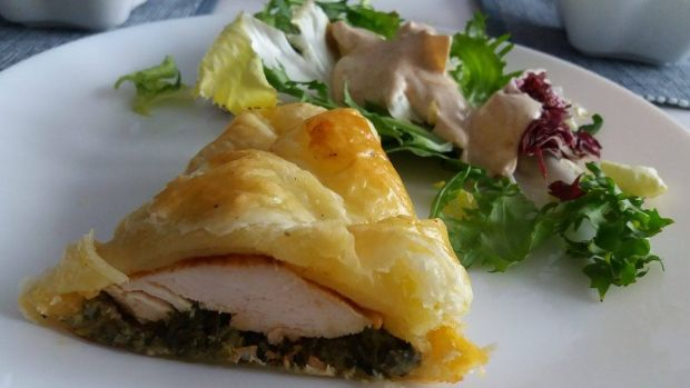 Kurczak na szpinaku w cieście francuskim