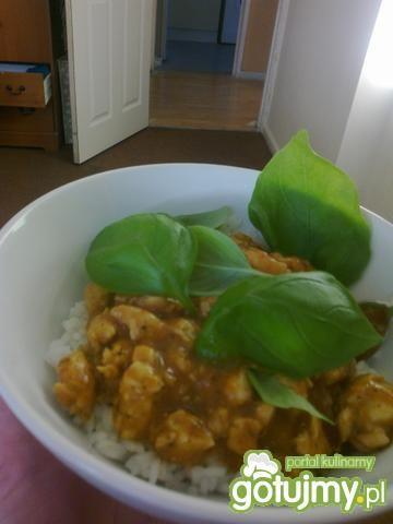 Kurczak po indyjsku z ryżem i bazylia