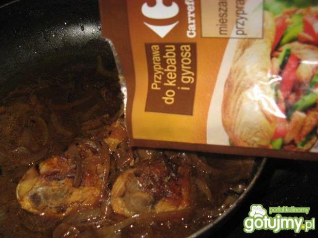 Kurczak w ciemnym sosie cebulowym.
