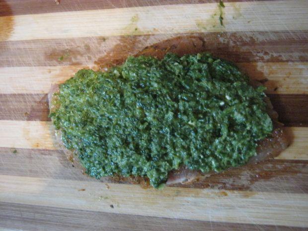 Kurczak w cieście francuskim ze szpinakiem i brokułem