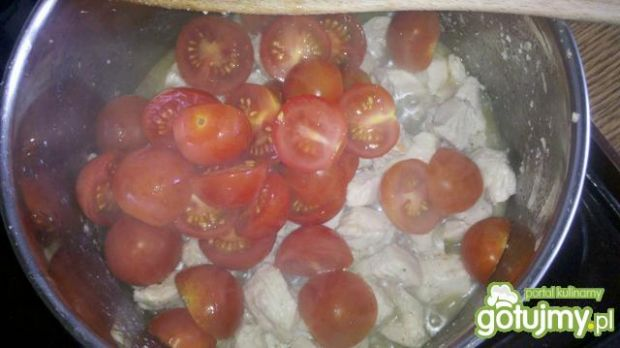 Kurczak w sosie śmietanowym z pomidorami