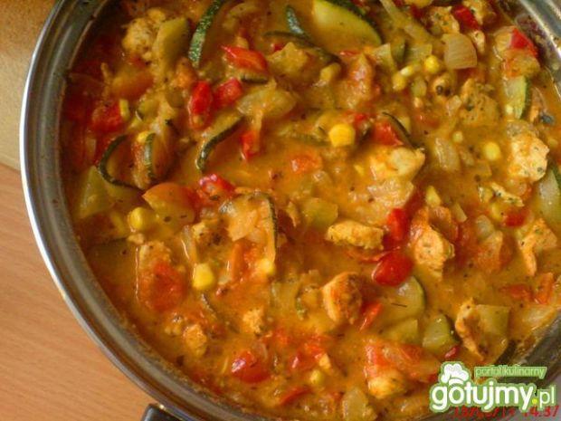 Kurczak w warzywnym gulaszu z cukinią