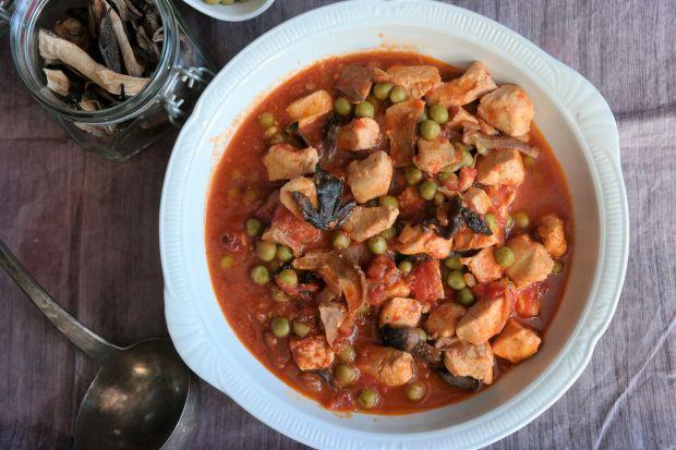 Kurczak z grzybami i groszkiem w pomidorach