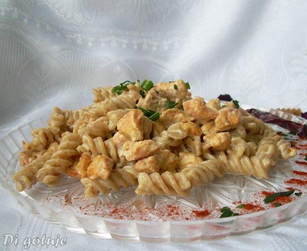 Kurczak z makaronem w sosie serowo-chrzanowym