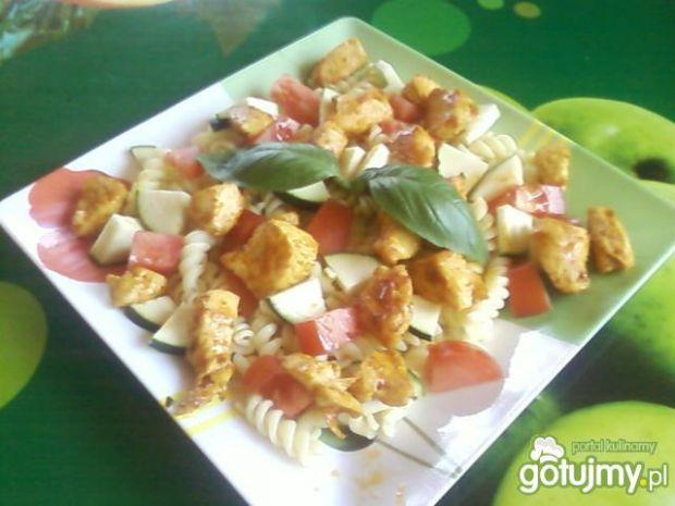 Kurczak z masłem orzechowym i warzywami.