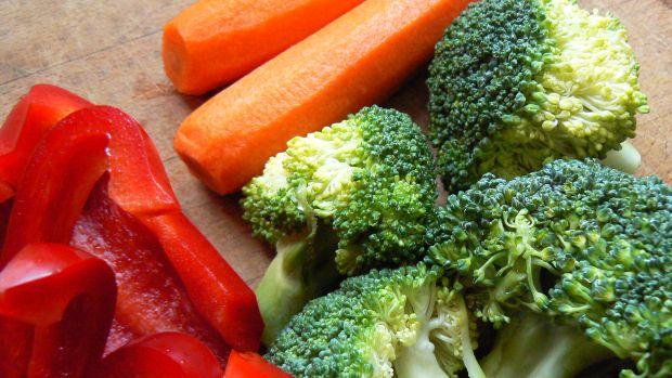Kurczak z ryżem i warzywami na parze