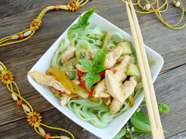 Kurczak z warzywami i makaronem po pekińsku