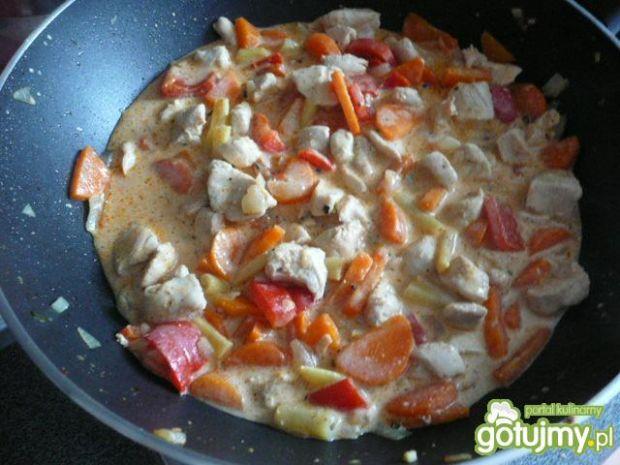 Kurczak z warzywami na makaronie ryżowym