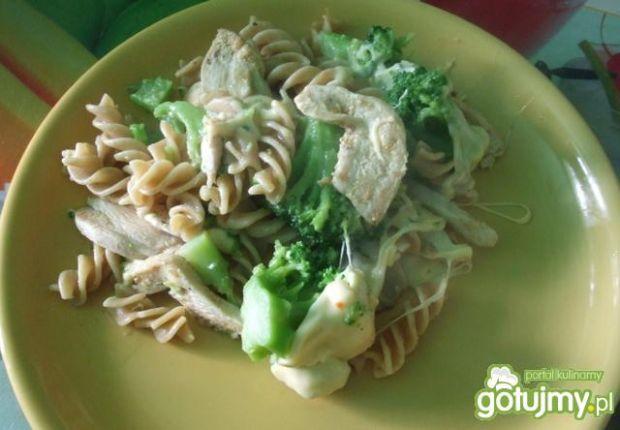 Kurczak zapiekany z brokułami.
