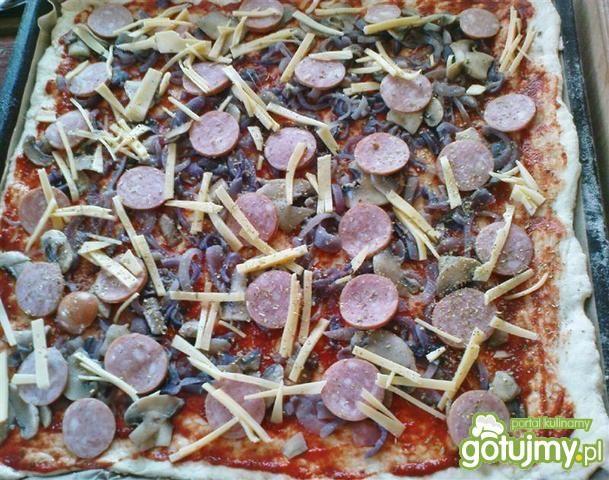 Kwadratowa pizza z kiełbasą