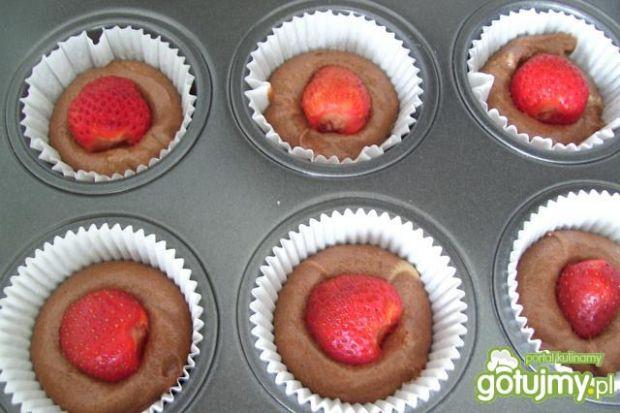 Łaciate muffinki z truskawką