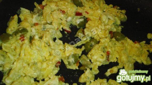 Lazurowa jajecznica z oliwkami