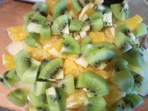 Lekka owocowa sałatka z rodzynkami