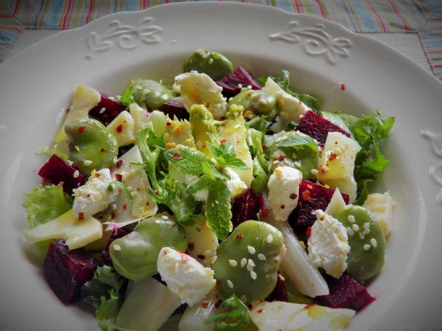 Lekka sałatka z bobem, kozim serem i szparagami