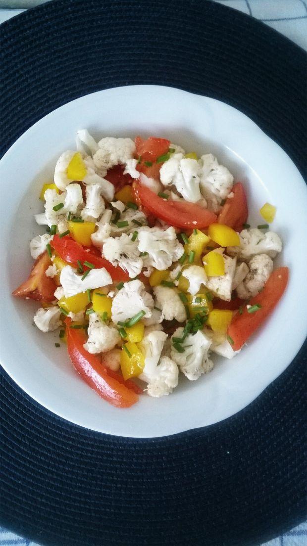 Lekka sałatka z kalafiora, papryki i pomidora