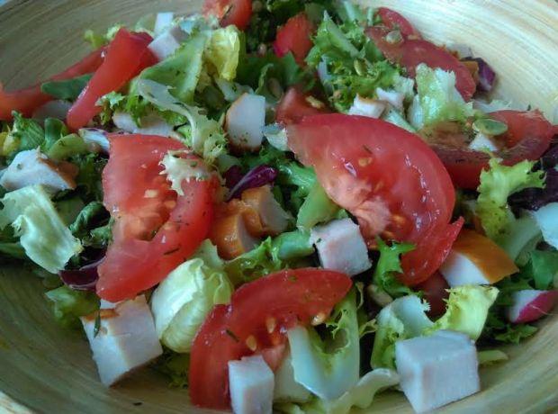 Lekka sałatka z kurczakiem i pomidorem