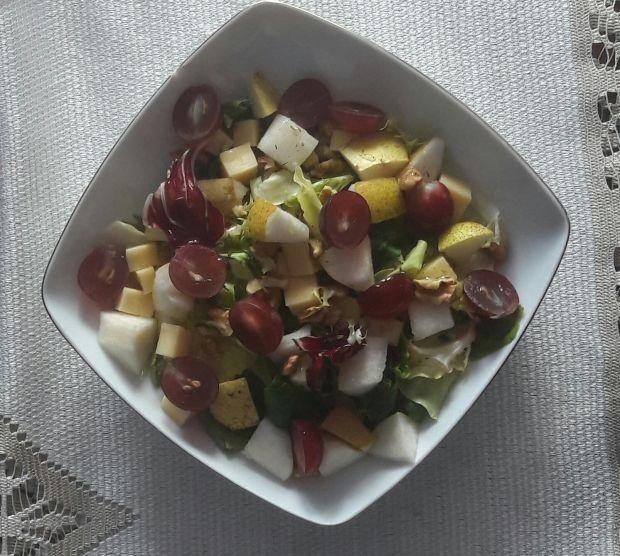 Lekka sałatka z owocami i orzechami