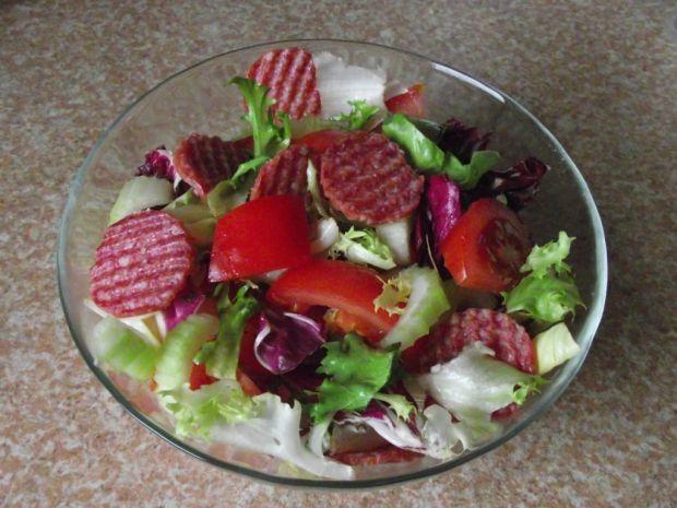 Lekka sałatka z papryką, selerem naciowy i salami
