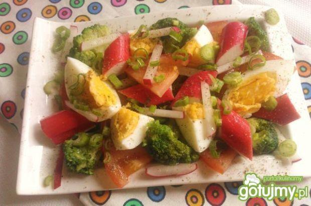 Lekka sałatka z surimi i brokułem