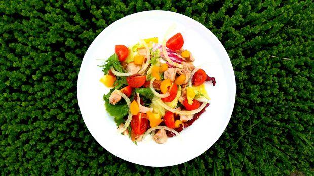 Lekka sałatka z wędzonym kurczakiem i pomidorami