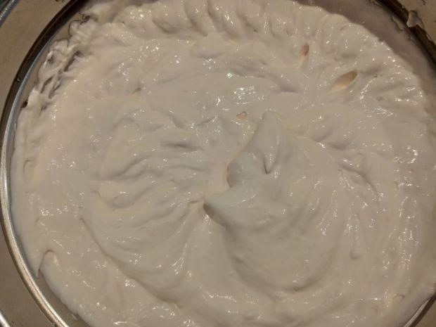 Lekki torcik śmietanowy na ciasteczkowym spodzie