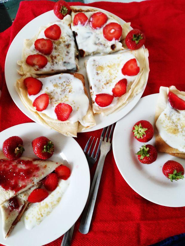 Lekkie naleśniki z jogurtem i truskawkami