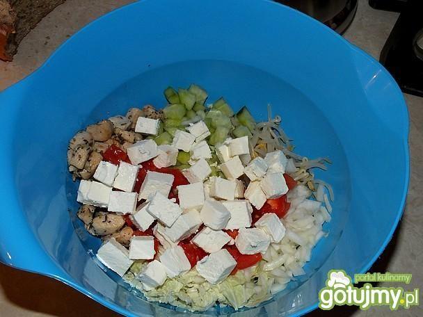Lekkostrawna sałatka z kiełkami i serem