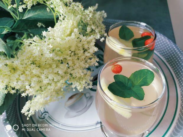 Lemoniada z kwiatów czarnego bzu i płatkami róży