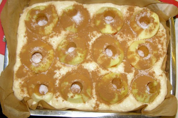 Leniwa drożdżówka z całymi jabłkami