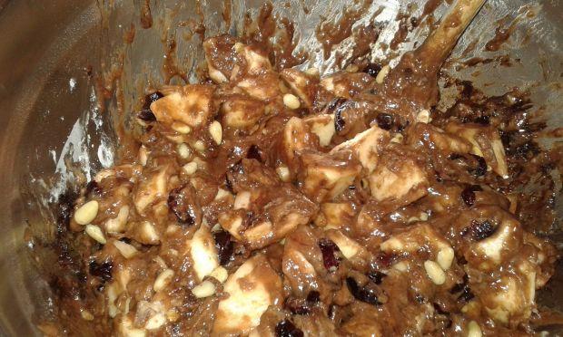 Leniwe ciasto z jabłkami, żurawiną i piniami