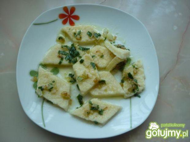 Leniwe pierogi z masłem i cebulką