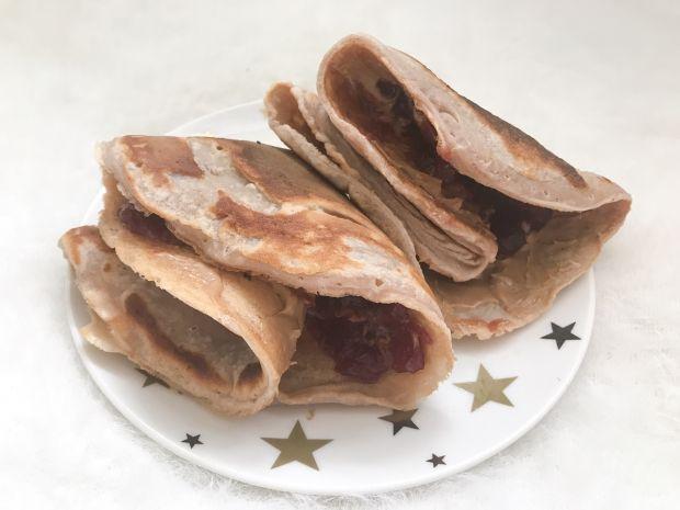 Leśne białkowe naleśniki z wiśniami i toffi