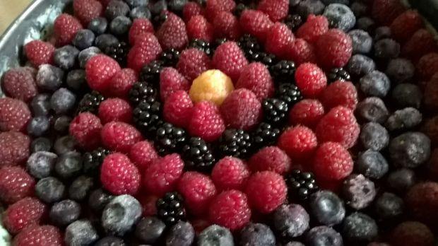 Letni serniczek na zimno z owocami leśnymi