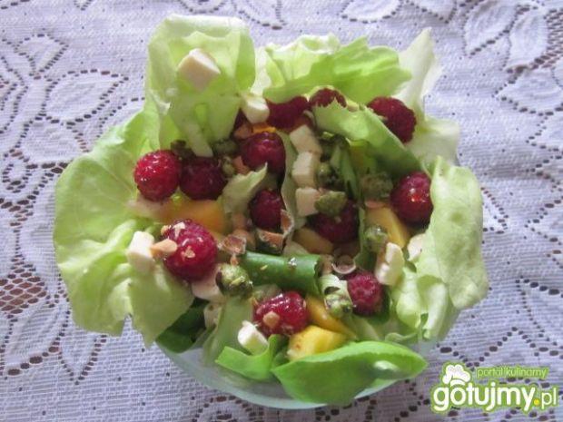 Letnia sałata z malinami
