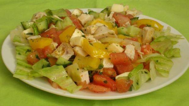 Letnia sałatka warzywna z kurczakiem