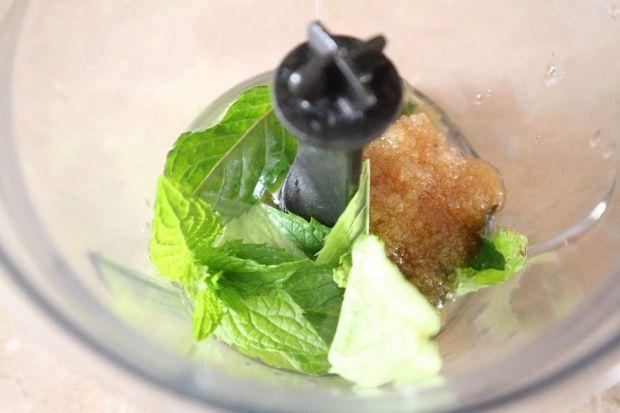 Letnia sałatka z truskawkami i ogórkiem