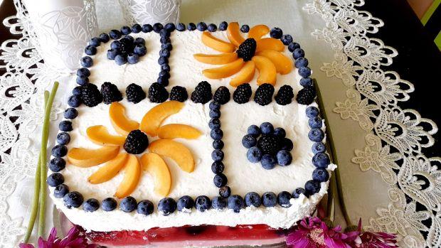 Letnie ciasto z owocami i roladkami