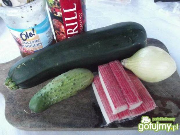 Łódeczki cukiniowe z warzywami i surimi